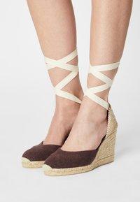 Castañer - CARINA  - Sandály na vysokém podpatku - mokka - 0