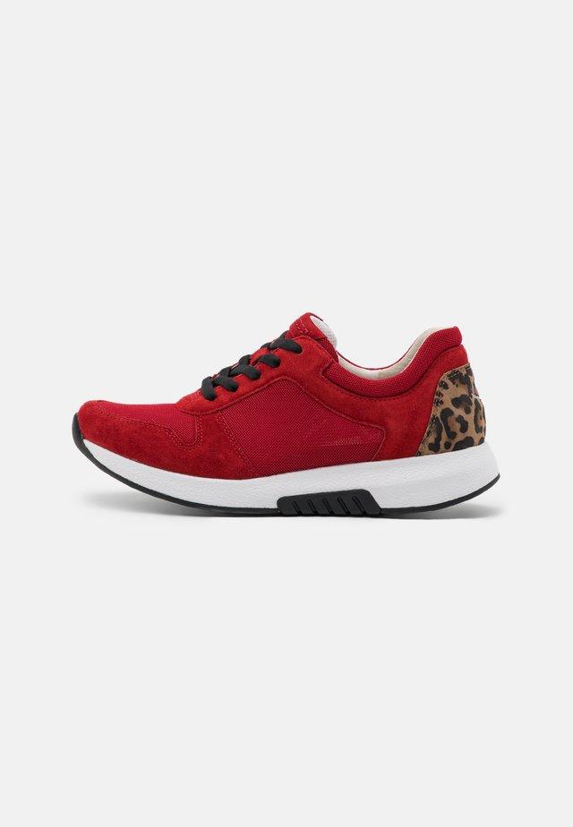 ROLLING SOFT  - Sneakers laag - red/savanne