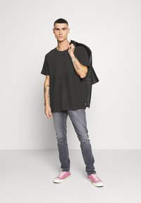 Jack & Jones - JCOOTTO TEE CREW NECK - T-shirt - bas - pirate black - 1