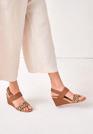 High heeled sandals - brown