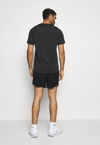 Nike Performance - RUN DIVISION FLEX STRIDE - Pantalón corto de deporte - black/silver - 2