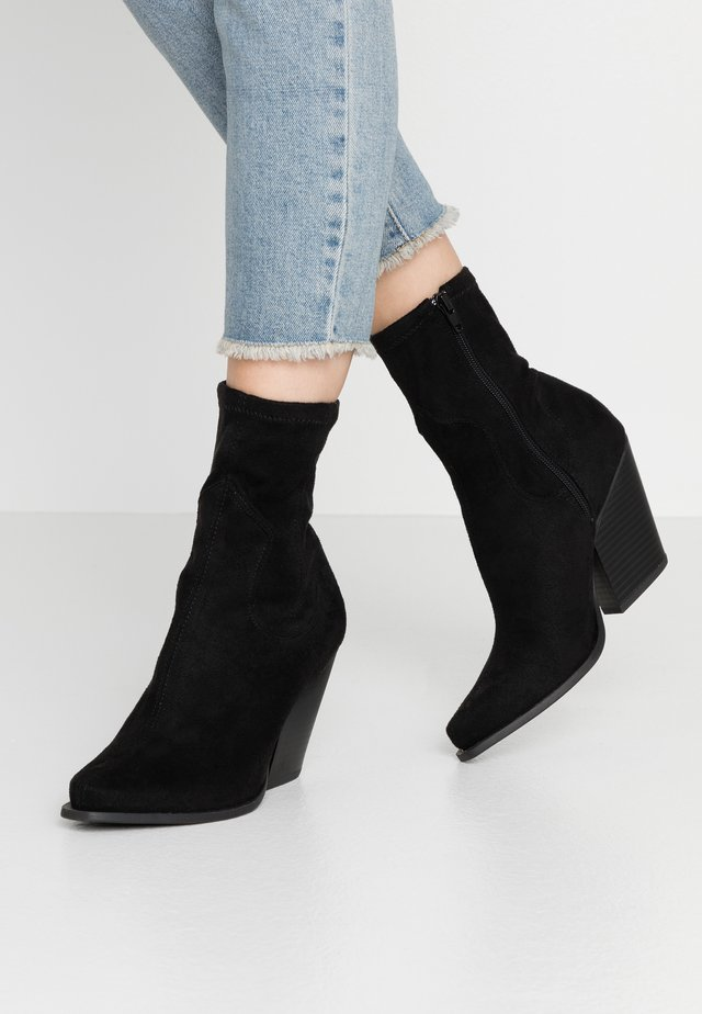 WOODEN STACK MINIMAL WESTERN - High heeled ankle boots - black
