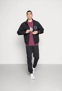 adidas Originals - TREFOIL SCRIPT - T-shirt med print - victory crimson - 1