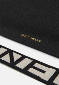 Coccinelle - TEBE - Sac bandoulière - noir - 4