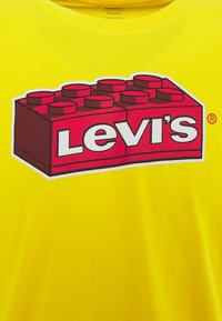 Levi's® - X LEGO RELAXED FIT TEE UNISEX - T-shirt med print - yellow - 2