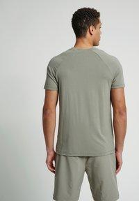 Hummel - HMLJARVAN  - T-shirt med print - vetiver - 2