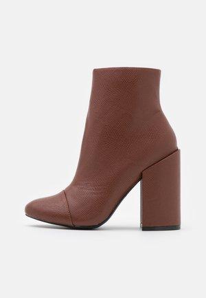 DOLLEY - Kotníková obuv na vysokém podpatku - brown