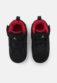 Jordan - MAX AURA 2 UNISEX - Basketball shoes - black/white/gym red - 3