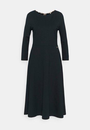 ROSEHALL DRESS - Pletené šaty - navy