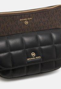 MICHAEL Michael Kors - JET SET CHARMMD POUCH XBODY SET - Kabelka - brown/black - 5