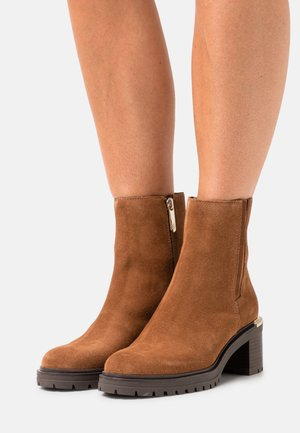 OUTDOOR MID HEEL BOOT - Classic ankle boots - natural cognac
