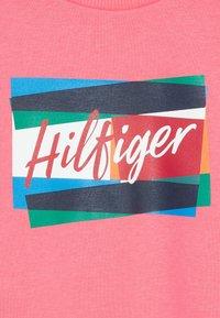 Tommy Hilfiger - FUN FLAG CREW  - Sweatshirt - pink - 4
