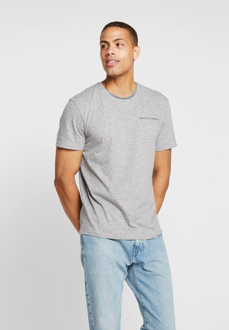 TOM TAILOR - T-shirt med print - sky captain blue/ white melange