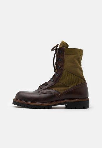 TROOPER BOOT - Šněrovací kotníkové boty - cognac