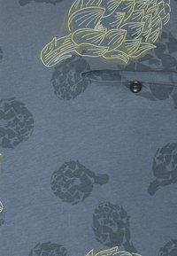 Jack & Jones PREMIUM - JPRARTI POCKET TEE - T-shirt med print - china blue - 2