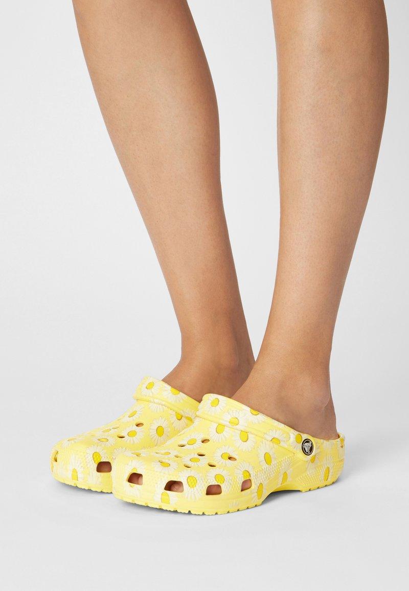 Crocs - CLASSIC VACAY VIBES - Mules - yellow
