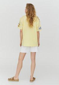 PULL&BEAR - PLUTO - Print T-shirt - yellow - 2