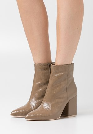 SHARP BLOCK BOOT - High heeled ankle boots - nougate