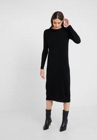 pure cashmere - CREW NECK DRESS - Pletené šaty - black - 0