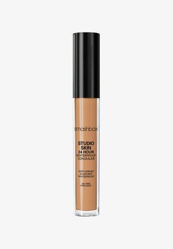 STUDIO SKIN FLAWLESS 24 HOUR CONCEALER 8ML - Concealer - ac6b39- medium dark warm golden