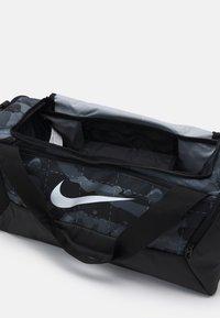 Nike Performance - S DUFF UNISEX - Treningsbag - smoke grey/black/white - 2