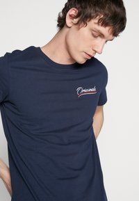 Jack & Jones - JORFLEXX TEE CREW NECK - T-shirt z nadrukiem - navy blazer - 4