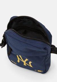New Era - MLB SIDE BAG - Taška spříčným popruhem - dark blue - 2