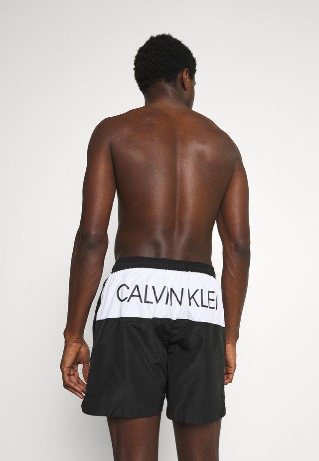 CORE PLACED LOGO MEDIUM DRAWSTRING - Shorts da mare - black/white