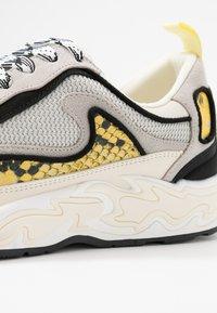 sandro - FLAME - Sneakersy niskie - python jaune - 2