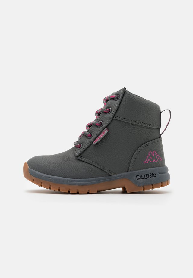 CAMMY UNISEX - Hikingskor - grey/pink