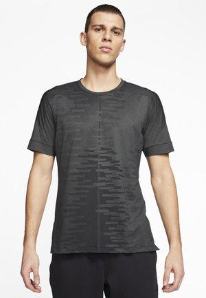 M NK DRY - Print T-shirt - iron grey/black/black