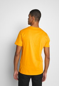 Pier One - T-shirt med print - yellow - 2