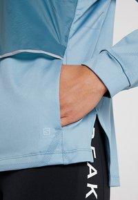 Salomon - ELEVATE AERO COZY - T-shirt à manches longues - smoke blue - 5