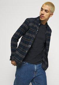 Hollister Co. - CREW SOLID - Camiseta básica - black - 4