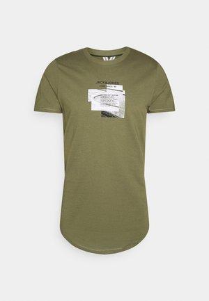 JCOSAWYER TEE CREW NECK - T-shirt med print - deep lichen green