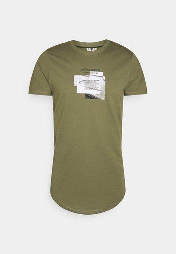 JCOSAWYER TEE CREW NECK - Print T-shirt - deep lichen green