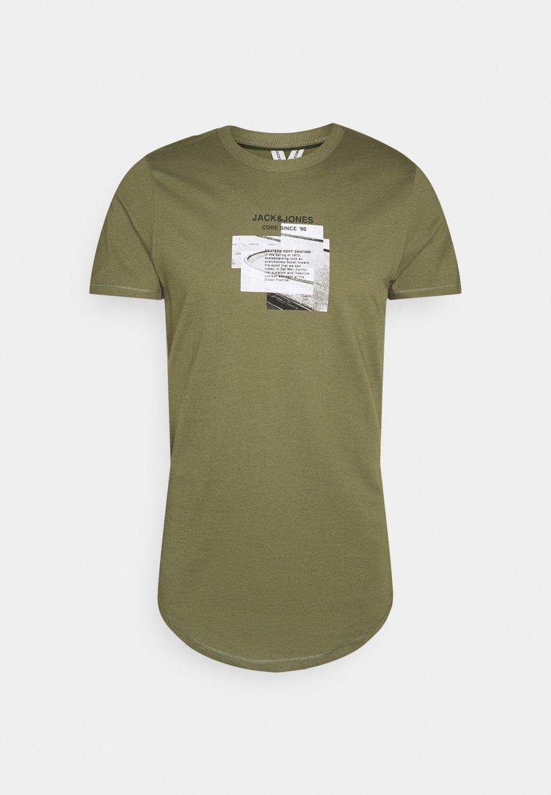Jack & Jones - JCOSAWYER TEE CREW NECK - Print T-shirt - deep lichen green