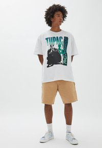 PULL&BEAR - TUPAC SHAKUR - T-shirt con stampa - white - 1