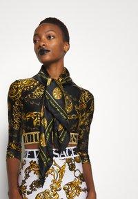 Versace Jeans Couture - REGALIA BAROQUE SCARF - Halsdoek - nero - 0