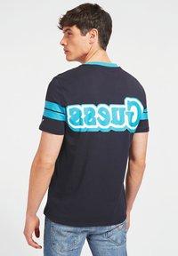 Guess - BARS TEE - Print T-shirt - blau - 2