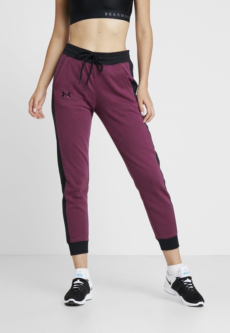 Under Armour - RIVAL GRAPHIC NOVELTY PANT - Spodnie treningowe - level purple/black