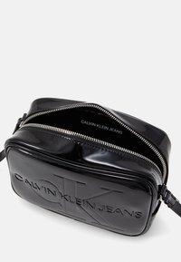 Calvin Klein Jeans - CAMERA BAG PATENT - Sac bandoulière - black - 2