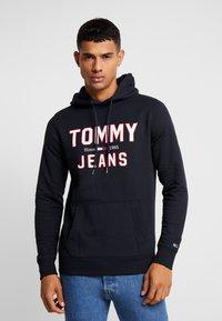 Tommy Jeans - ESSENTIAL LOGO HOODIE - Mikina skapucí - black - 0