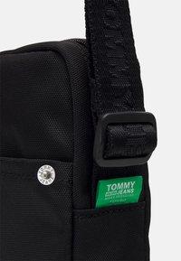 Tommy Jeans - CAMPUS REPORTER UNISEX - Taška spříčným popruhem - black - 3