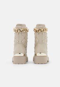 Guess - ORMOND - Platform ankle boots - vanilla - 3