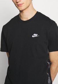 Nike Sportswear - T-shirt med print - black/white - 4