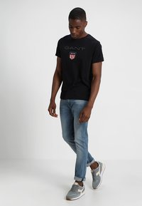 GANT - SHIELD - T-shirt med print - black