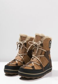 Sorel - GLACY EXPLORER SHORTIE - Zimní obuv - light brown - 2