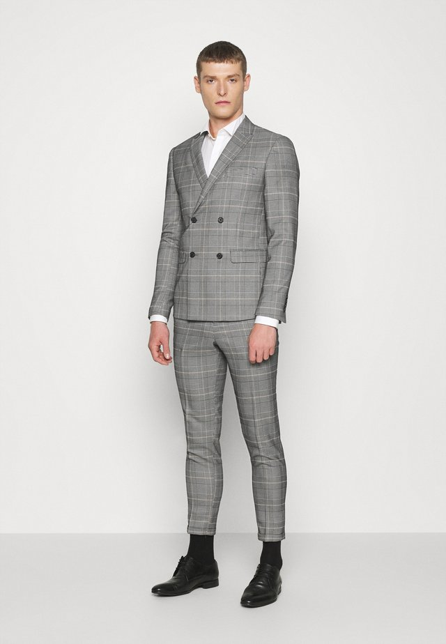 DOUBLE BREASTED CHECK SUIT - Puku - brown