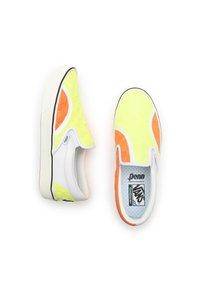 Vans - UA ComfyCush Slip-On SM - Slip-ons - (penn) yellow/orange - 2